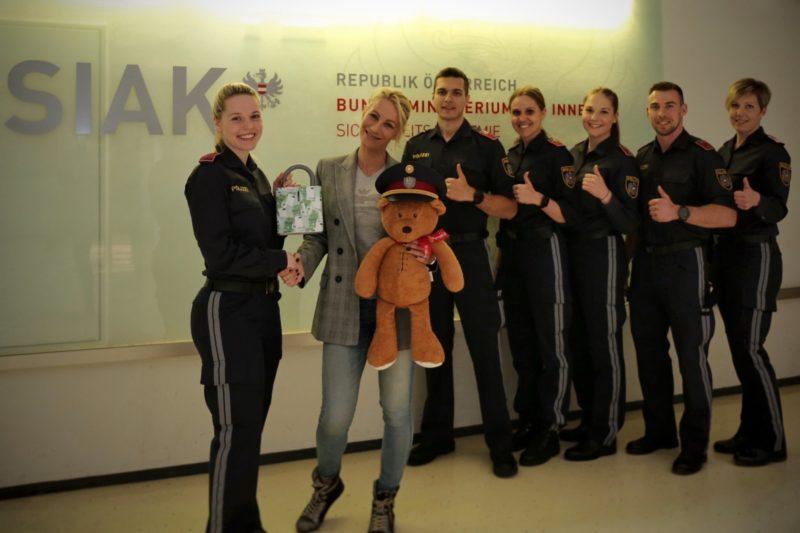 herzkinder  ein herz für kinder zeigen die polizei steiermark